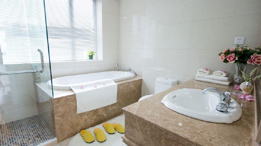 Decoração de banheiro simples com banheira
