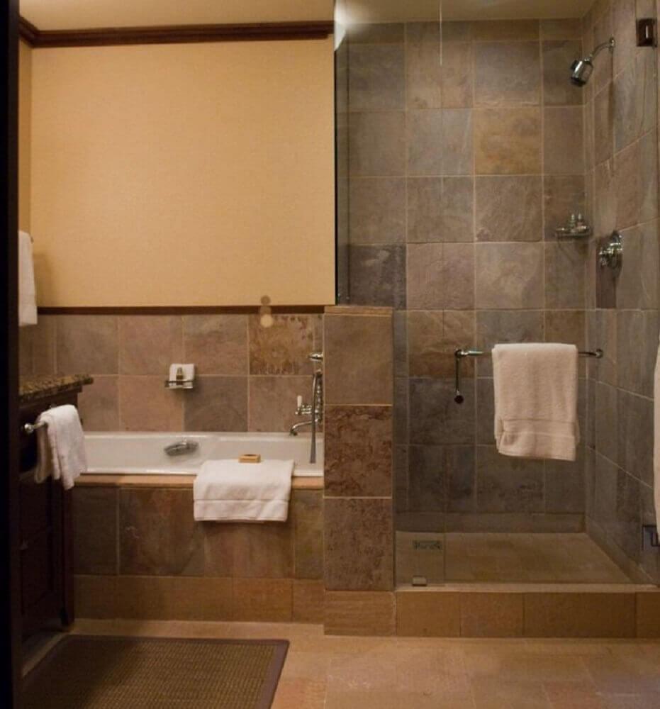 Banheiro com banheira e box separado