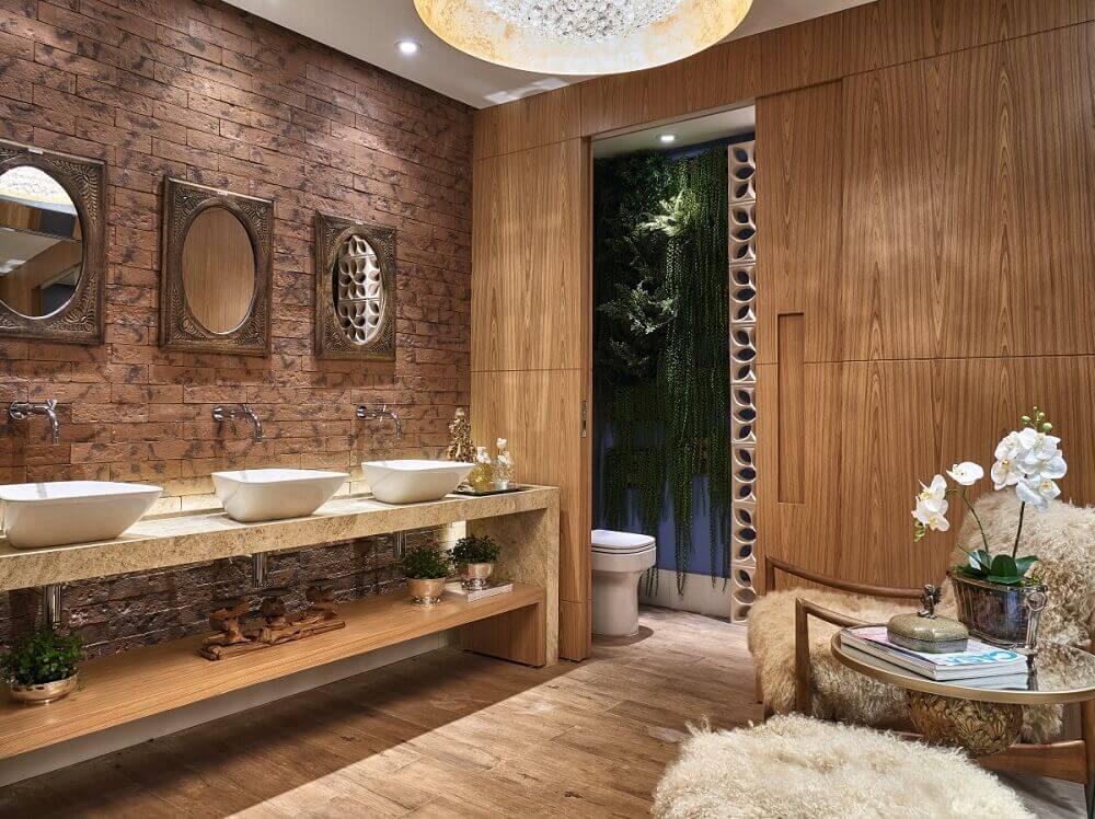 banheiro com parede de tijolinho