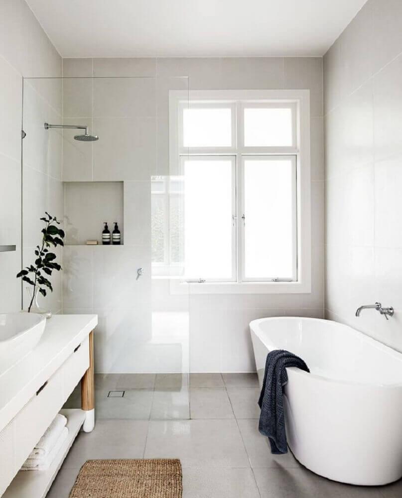 banheiro minimalista com banheira de apoio
