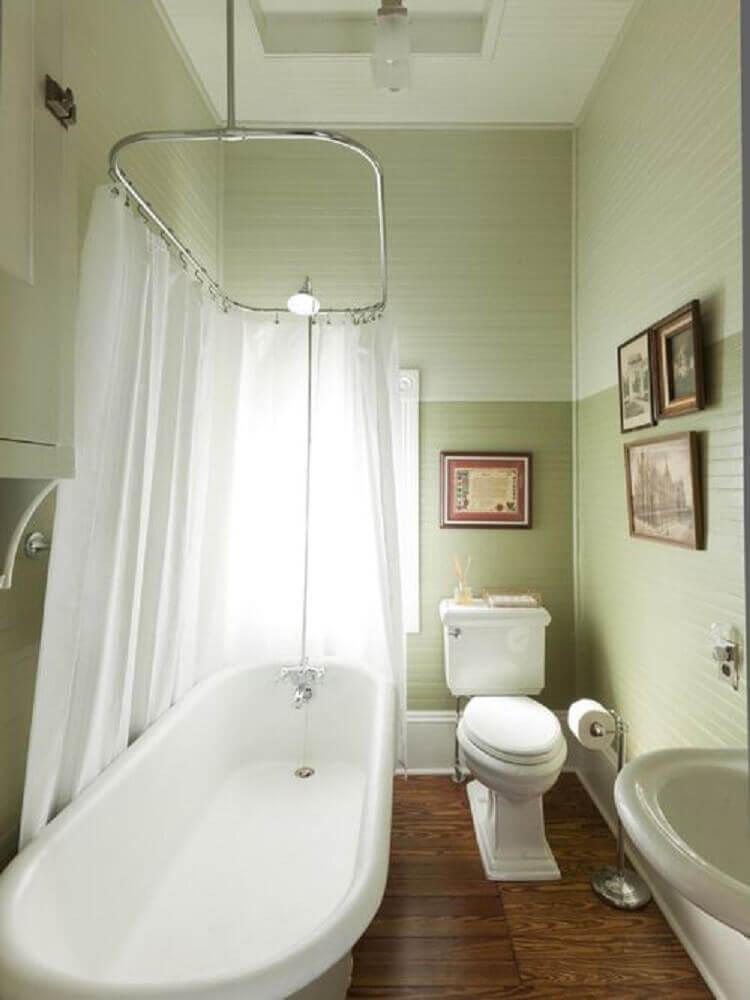 banheiro pequeno com banheira e cortina