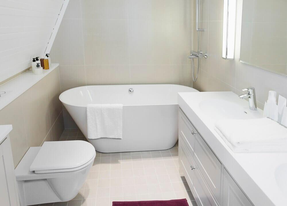 Modelo de banheiro pequeno com banheira de apoio