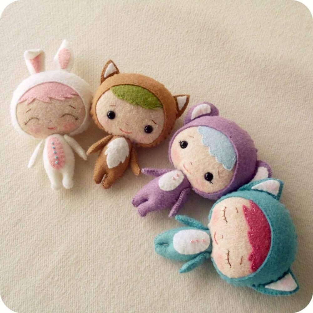 boneca feita de artesanato com feltro para bebê
