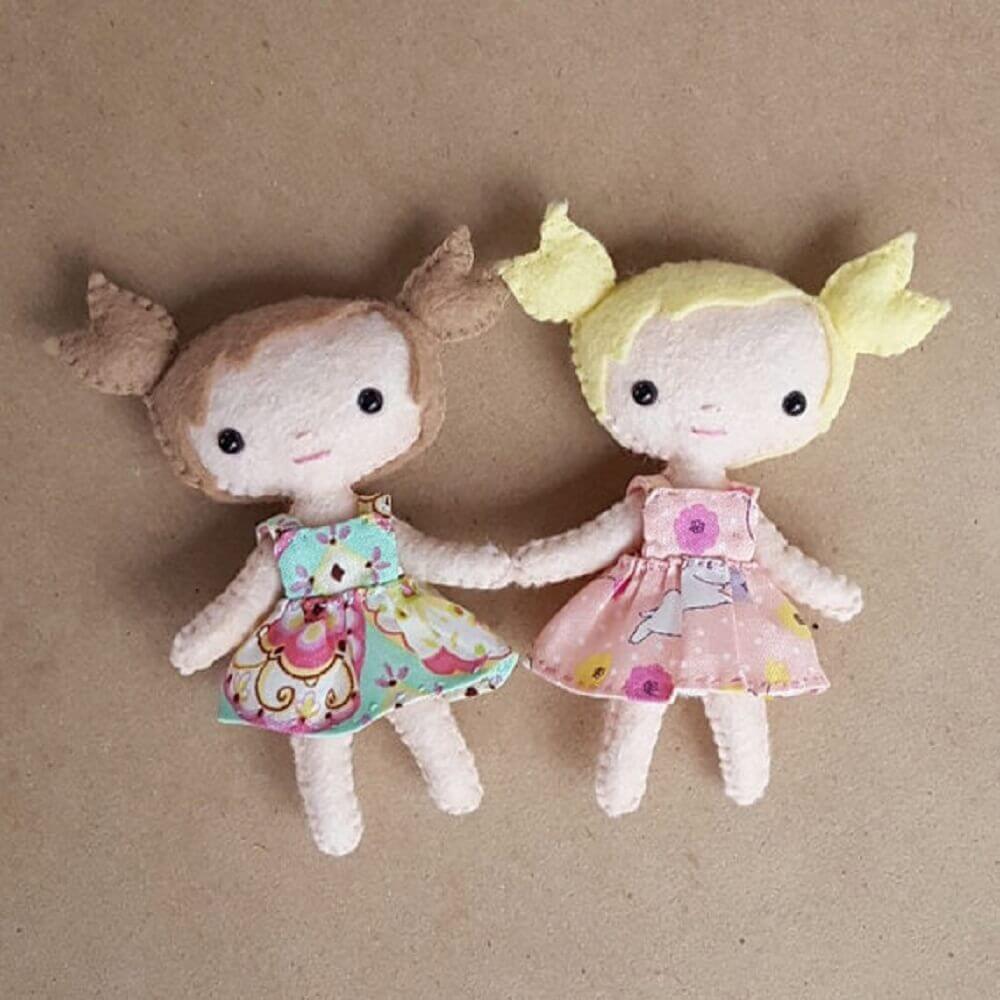 boneca feita em artesanato com feltro