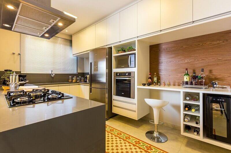 Cozinha decorada e espaçosa