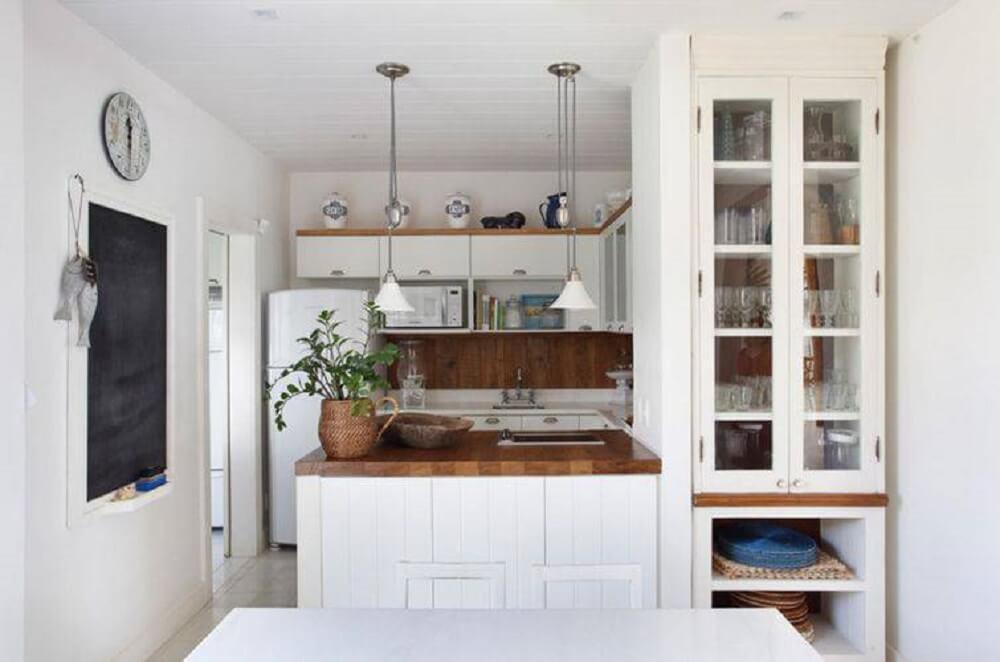 Cozinha americana simples com bancada de madeira