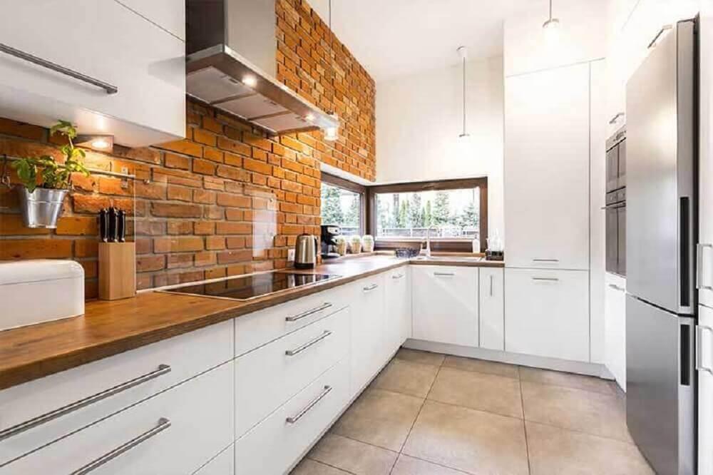 cozinha branca com parede de tijolinho