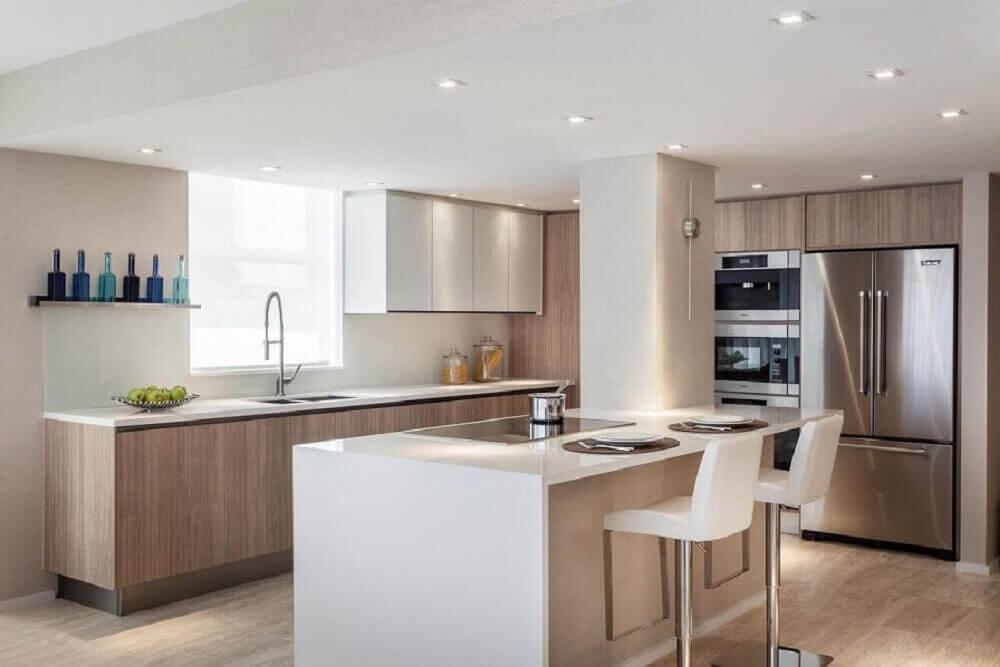 cozinha com ilha e armários de madeira