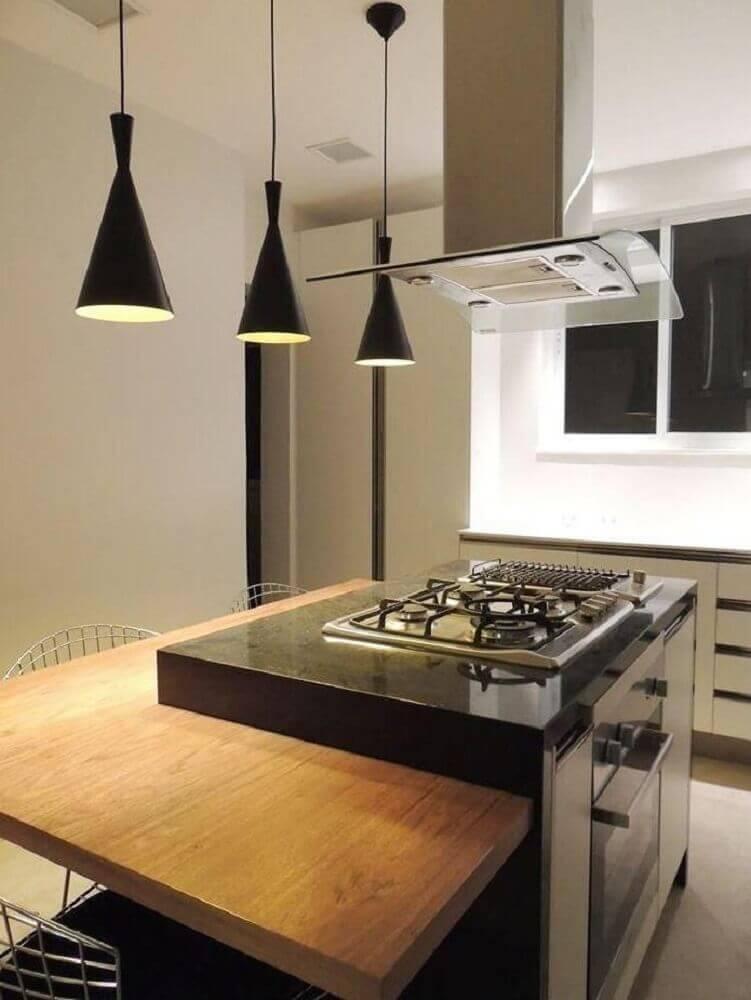 Cozinha com ilha e bancada de madeira.