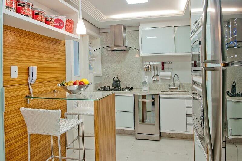 Decoração de cozinha planejada com mesa de vidro