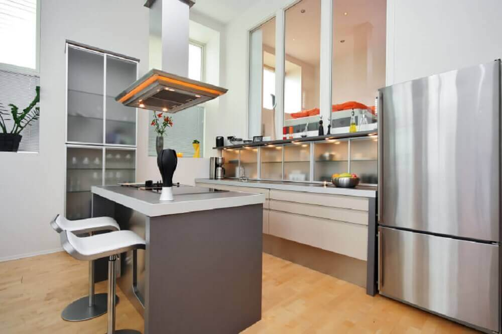 cozinha pequena com ilha e coifa