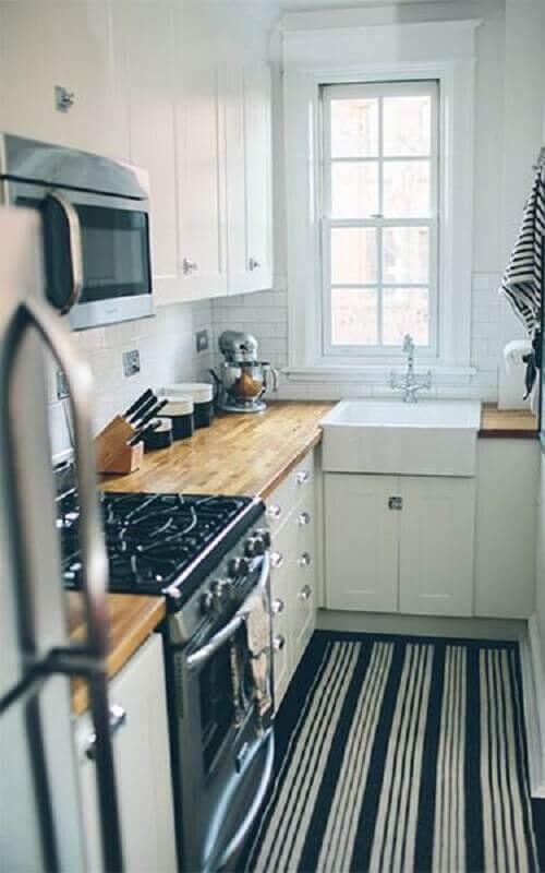 cozinha pequena decorada com tapete