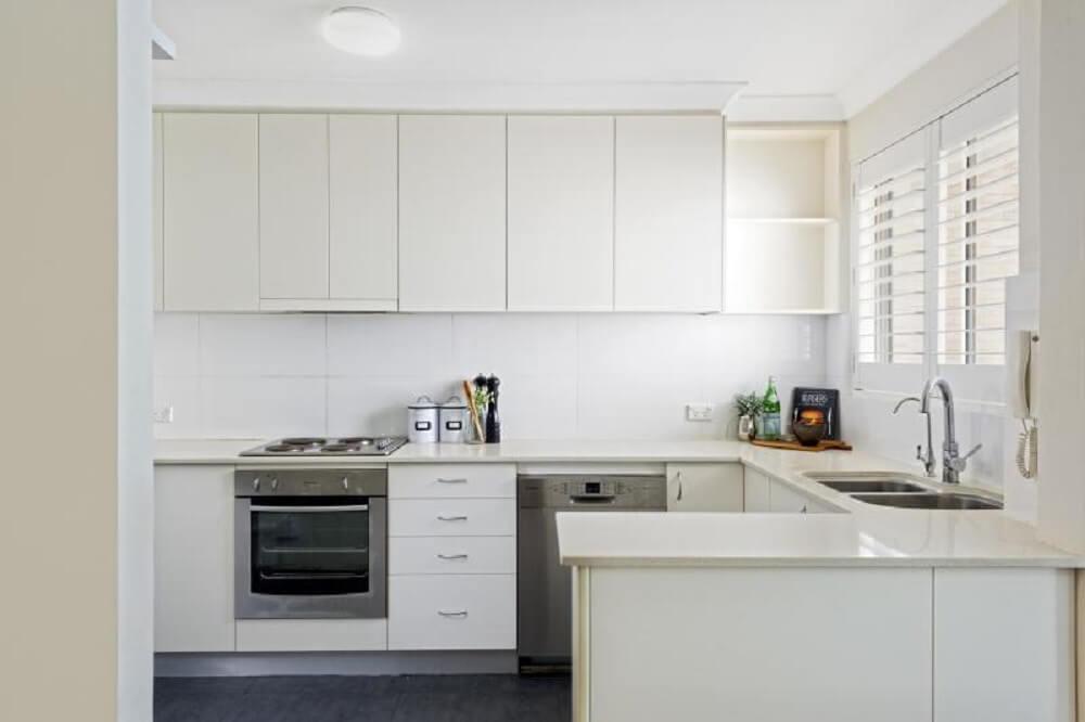 cozinha planejada simples toda branca