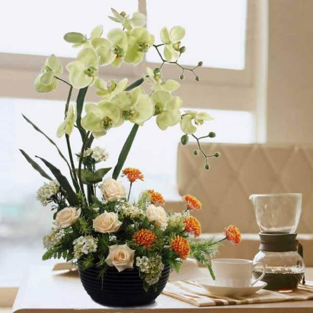 decoração com arranjos de flores artificiais para sala