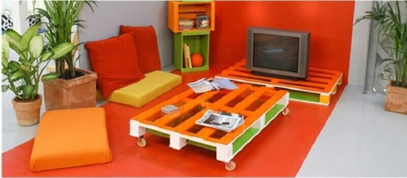 decoração com móveis de pallets coloridos