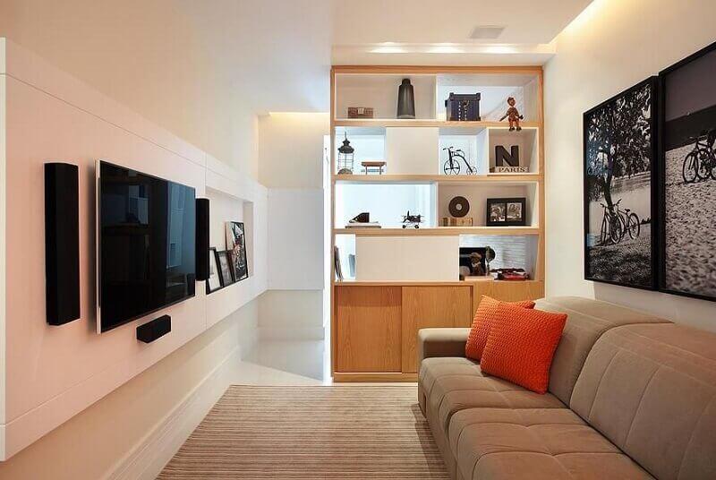 decoração de casa pequena com quadros e estante de madeira