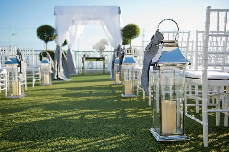simple outdoor wedding decoration with lamps