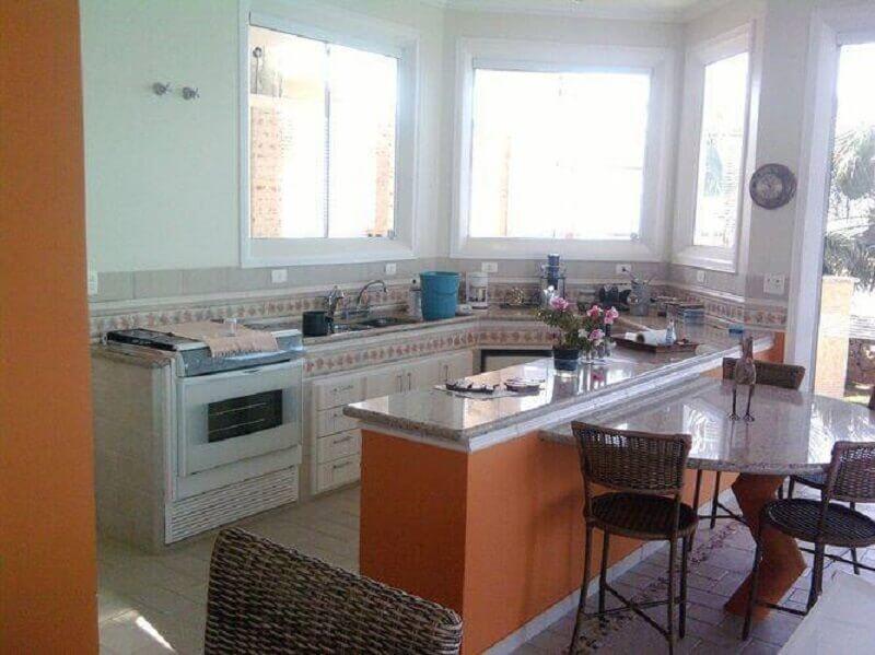 decoração de cozinha bem iluminada