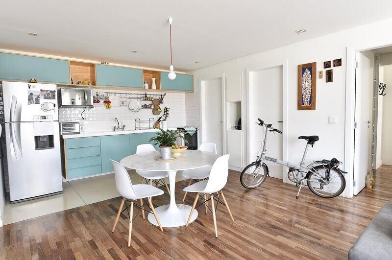 decoração de cozinha espaçosa em azul
