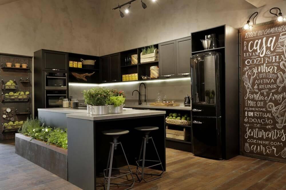 modelo de cozinha industrial com ilha e horta.
