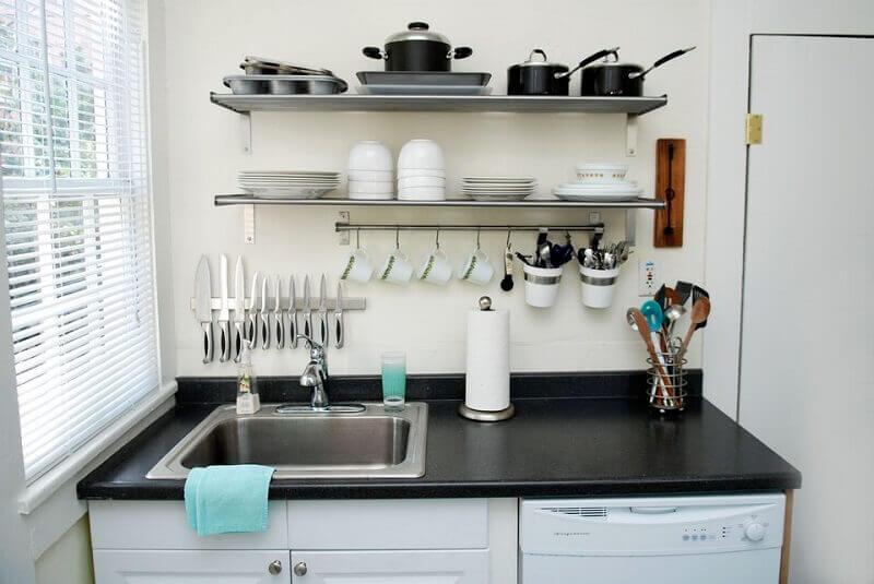 decoração de cozinha pequena com prateleiras