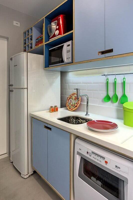 decoração de cozinha pequena em azul claro