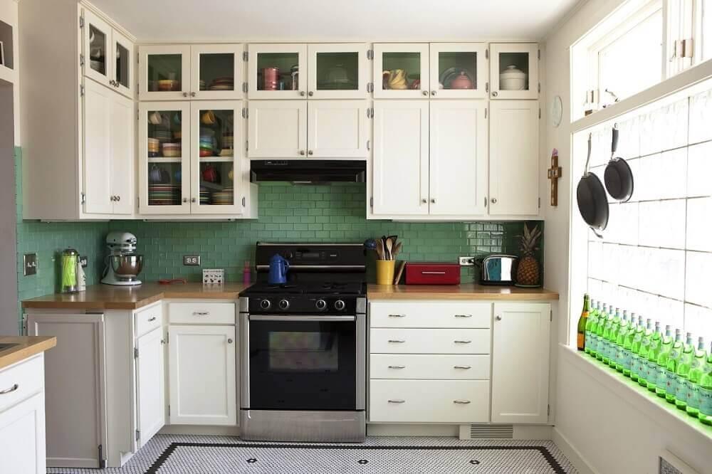 Decoração de cozinha simples com azulejos verdes