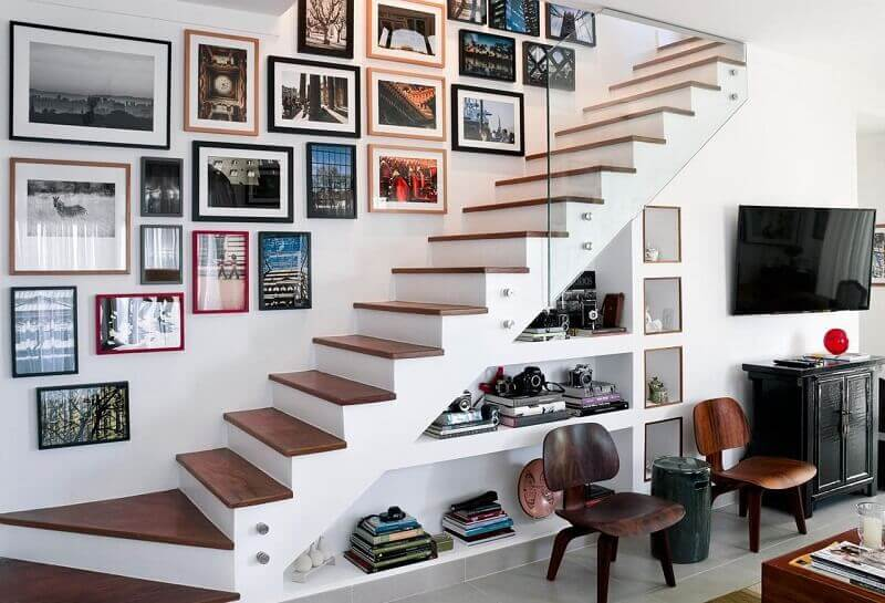 decoração de escada com quadros