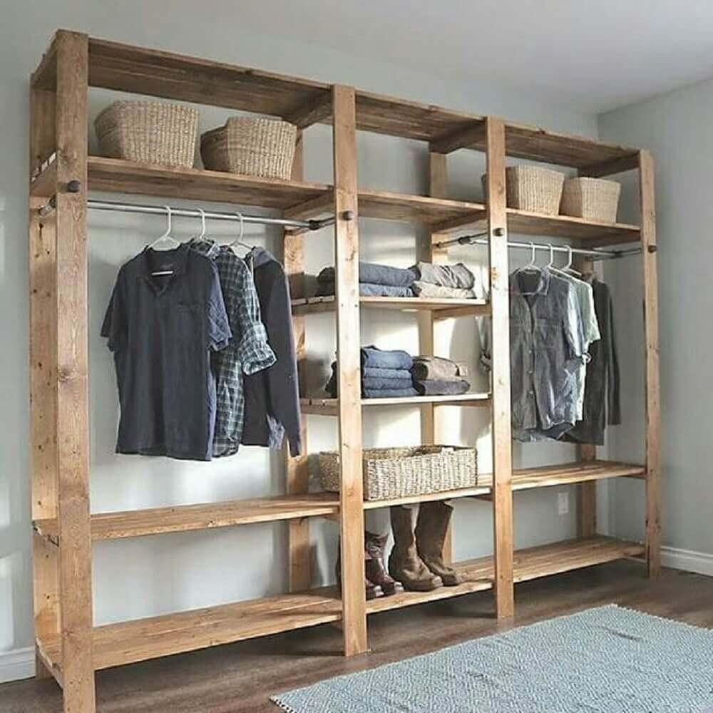 decoração de quarto com estante de madeira