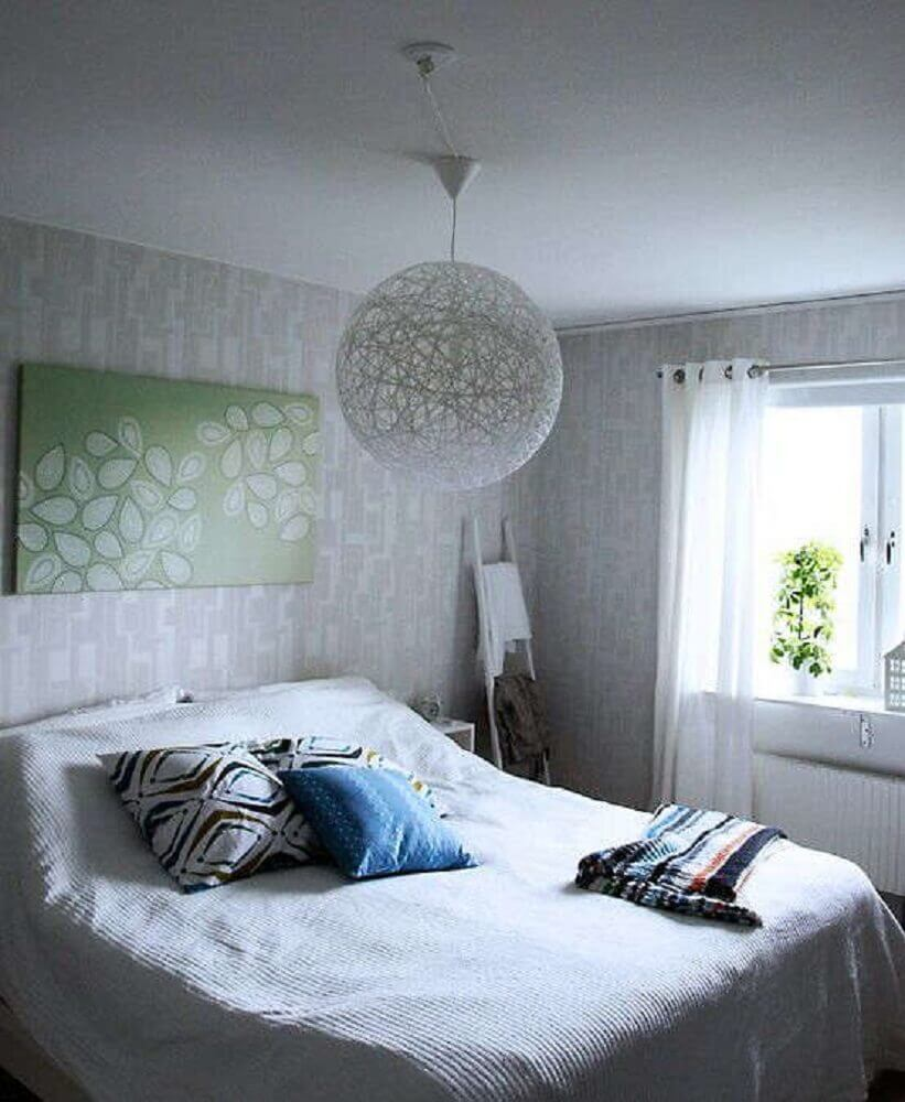 decoração de quarto com luminária grande de barbante
