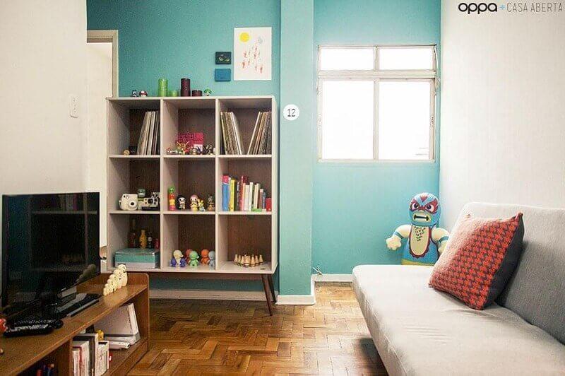 decoração de sala pequena com estante para livros