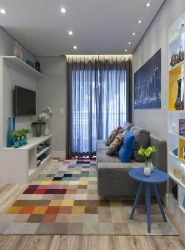 decoração de sala pequena com tapete colorido