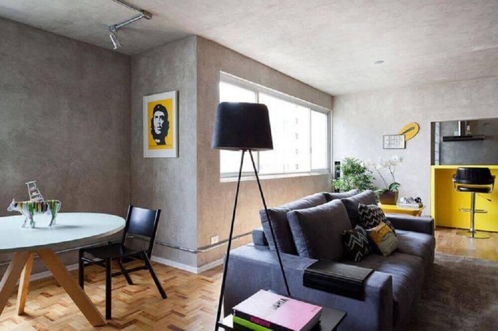 sala simples e moderna com paredes de cimento queimado