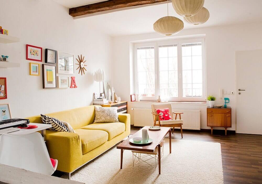 decoração de sala simples com sofá amarelo