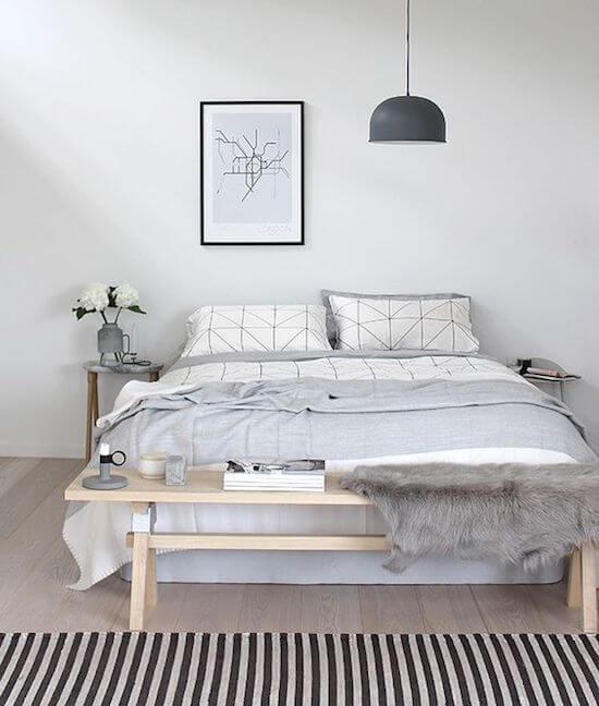 decoração minimalista no quarto com tapete listrado