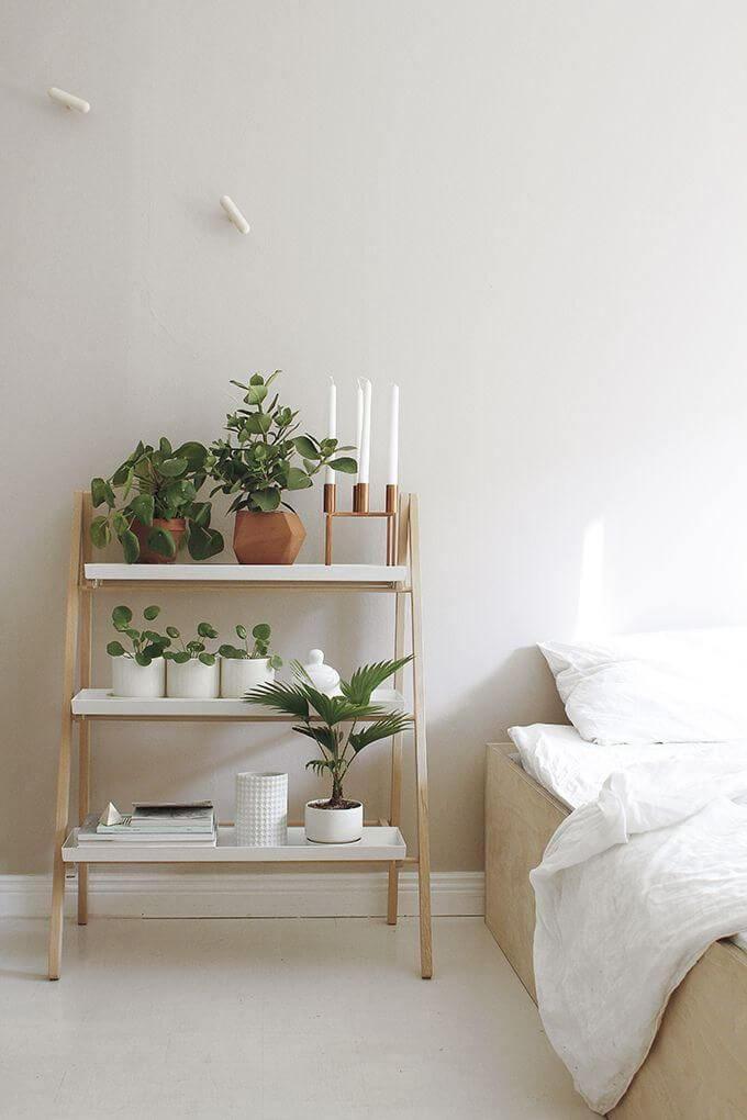 decoração minimalista no quarto criado mudo com plantas