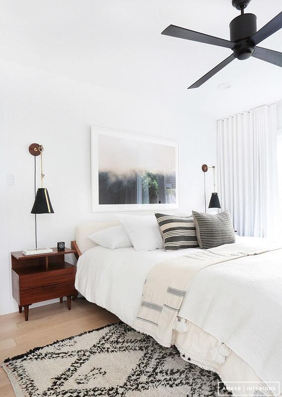 decoração minimalista no quarto criado mudo de madeira