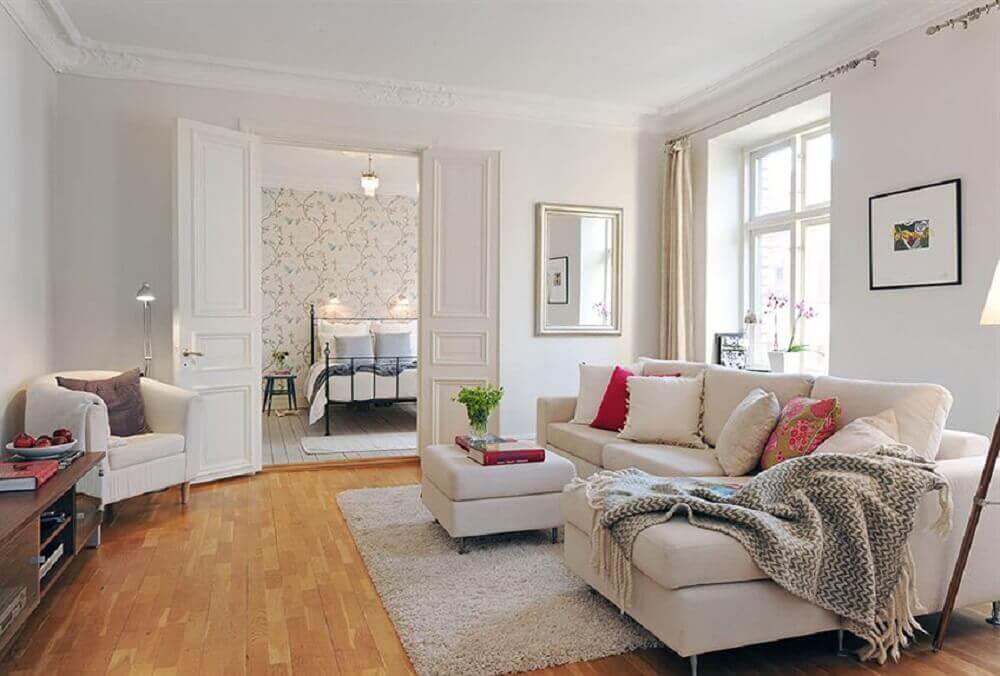 Decoração simples com manta e almofadas