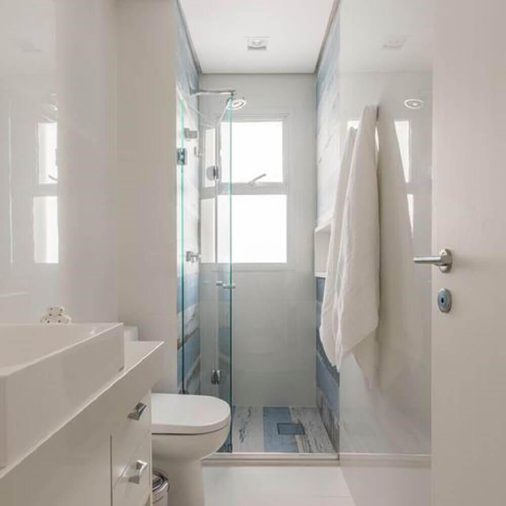 decoracao-banheiro-simples-banheiro-branco-com-box-de-vidro-sanfonado-idealizzarearq-155801-square_cover_large.jpg