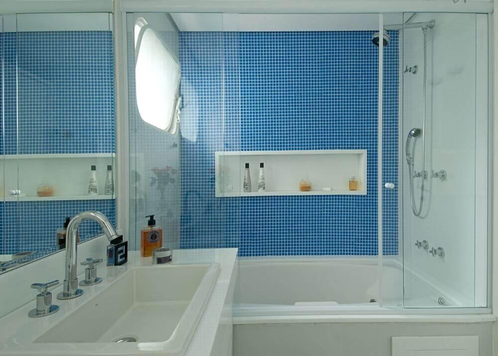 banheiro com banheira e pastilhas azuis