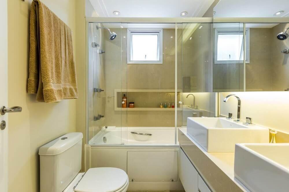 Decoração de banheiro pequeno com banheira de embutir