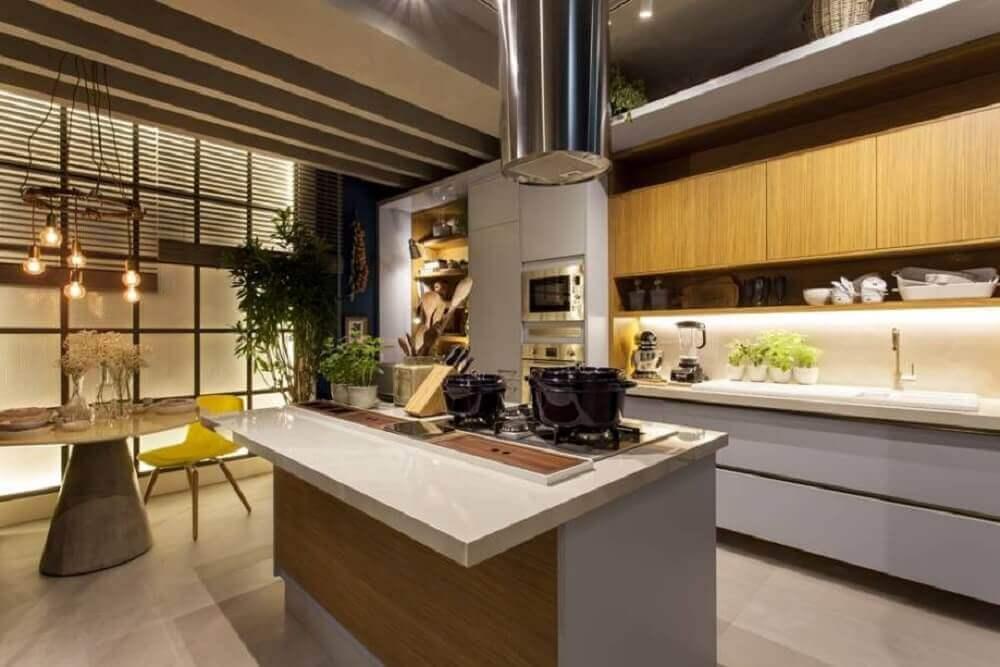 cozinha com ilha conjugada com sala de jantar