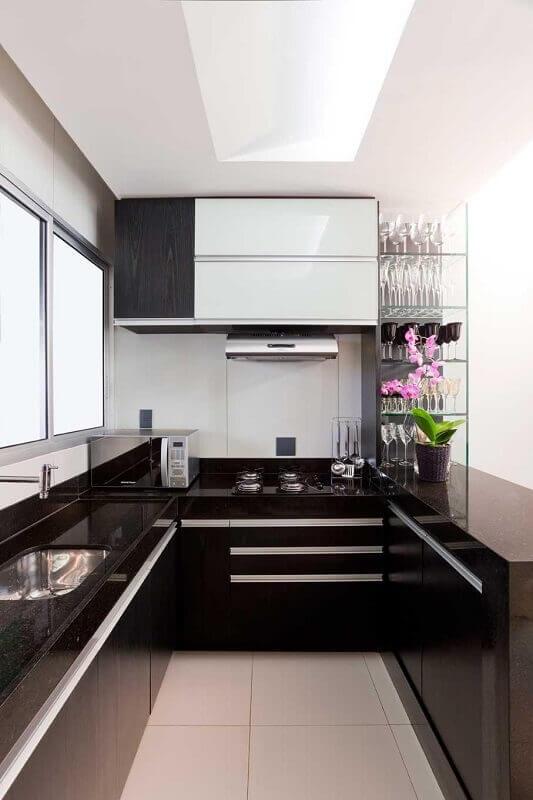 Decoração de cozinha planejada em tons de preto e branco
