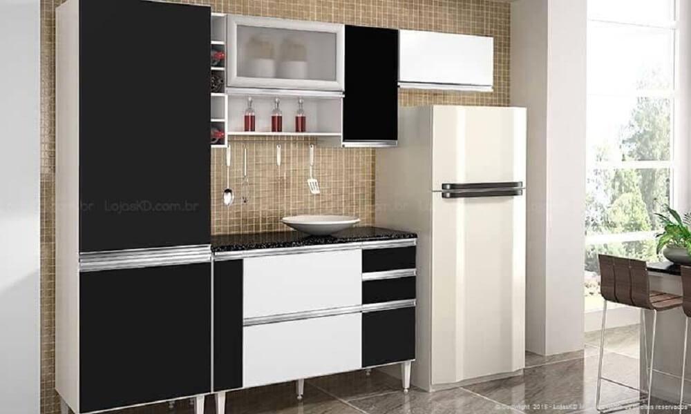 Cozinha simples em armários em preto e branco