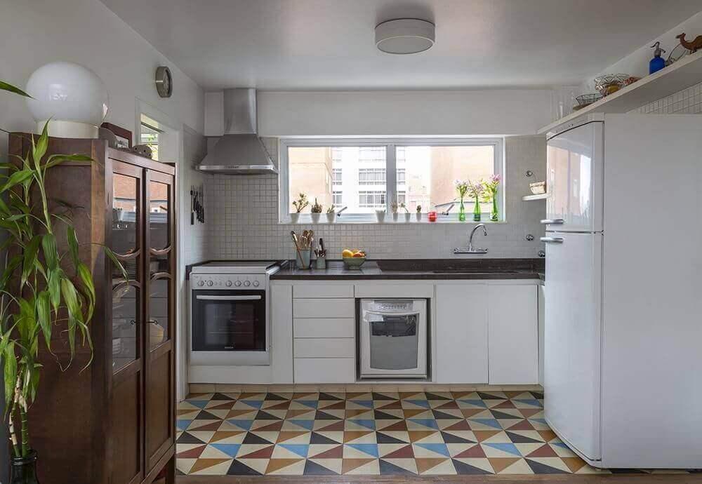 Decoração de cozinha simples com piso colorido