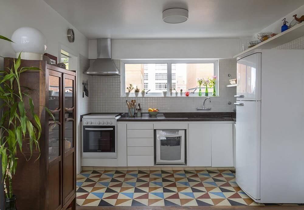 Cozinhas simples e bonitas com piso colorido