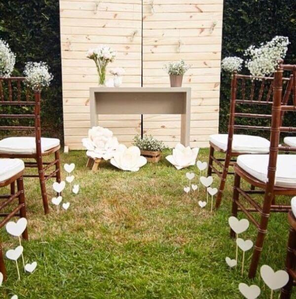 Decoração de casamento simples com flores de papel