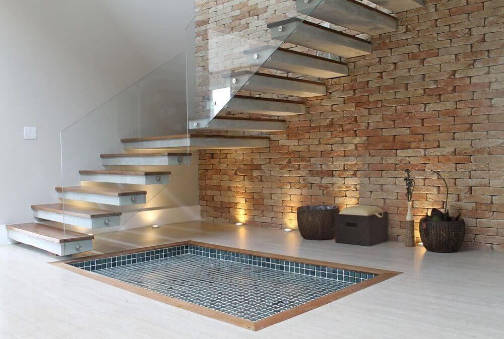 decoração de escada com parede de tijolinho