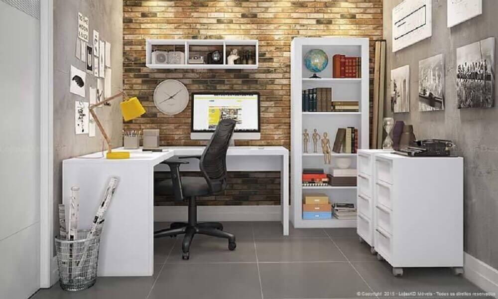 escritório com parede de tijolinho