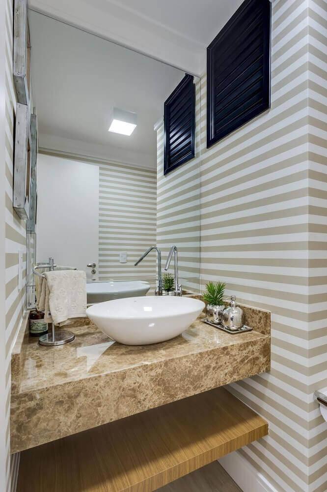 decoração de lavabo com bancada de mármore e papel de parede listrado